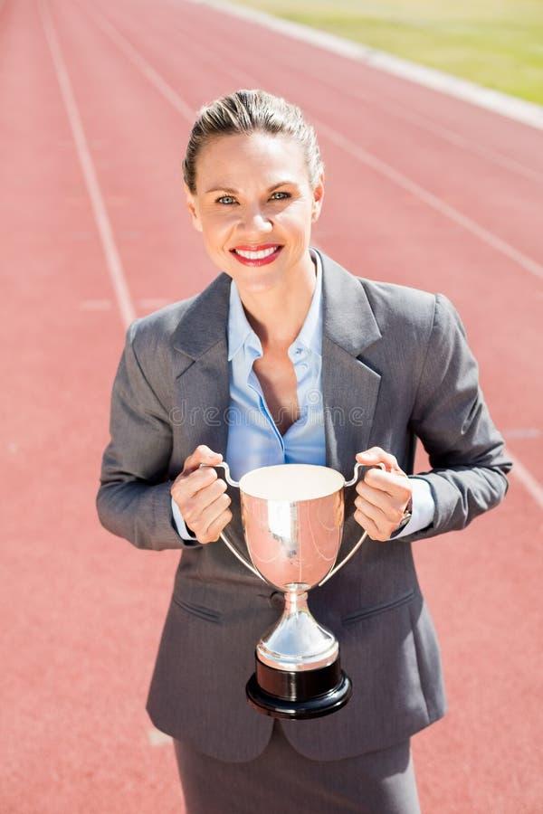 Portret trzyma trofeum szczęśliwy bizneswoman obrazy stock