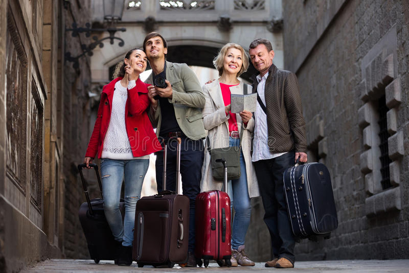Portret turyści widzii widoki w E z mapą i bagażem obrazy royalty free