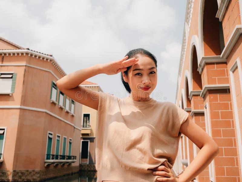 Portret turystyczna dziewczyna w jaskrawym słońcu lato w podróży miejsce przeznaczenia zdjęcia stock