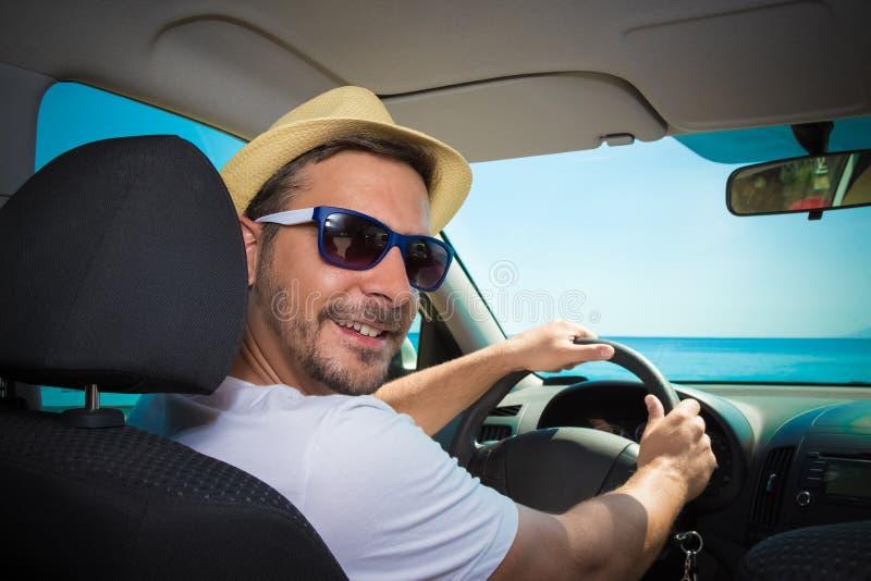 Portret turystyczny facet w samochodzie Podróży i wakacje conce obraz royalty free