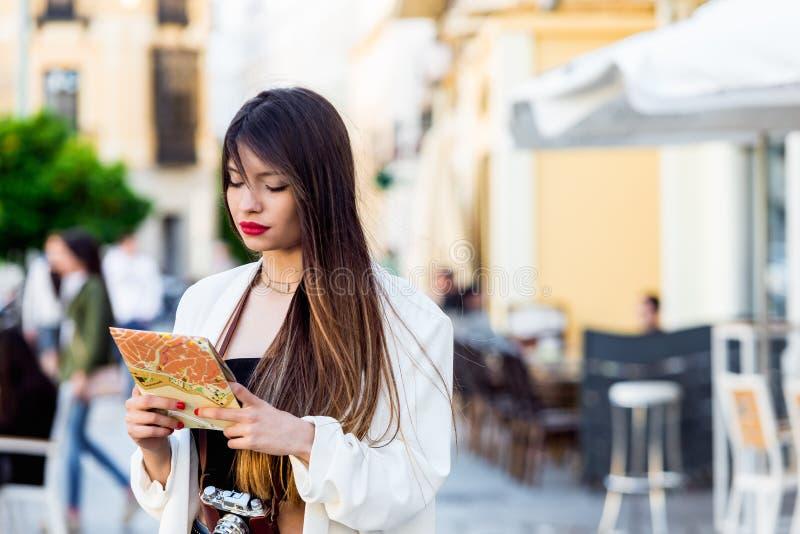 Portret turystyczny Piękna młoda kobieta patrzejący mapę fotografia royalty free