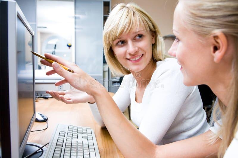 Portret twee die businesswomans werkt stock afbeelding