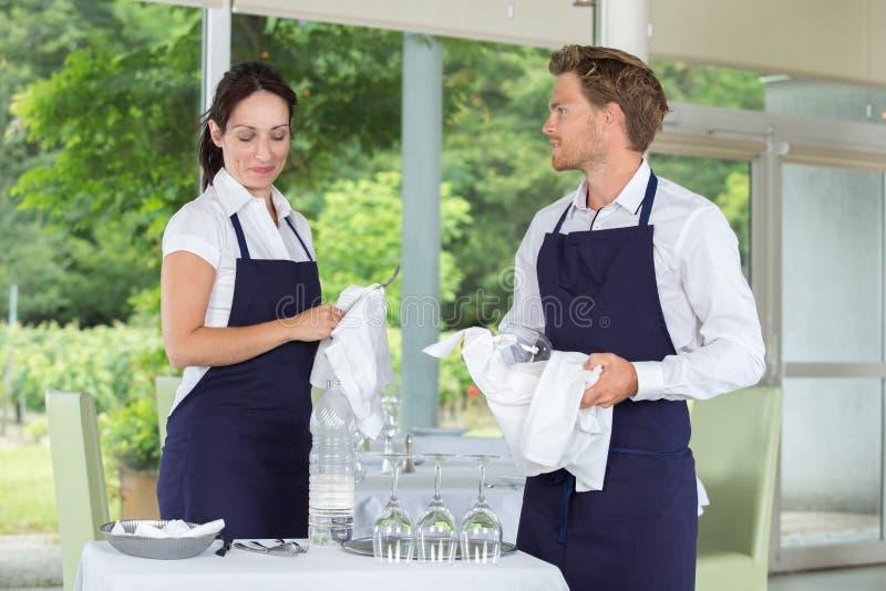 Portret twee jonge glimlachende kelners stock foto