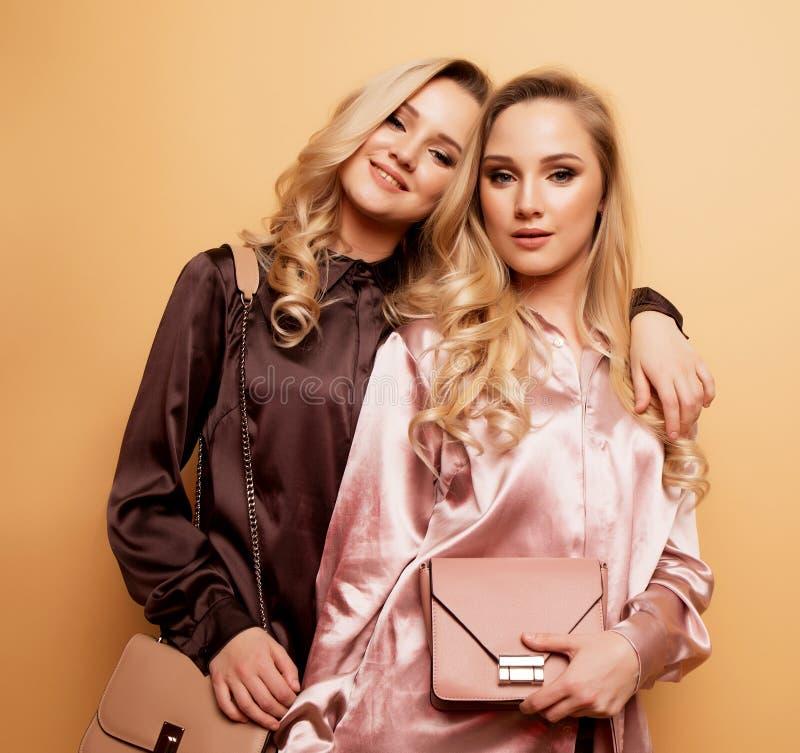 Portret twee sexy vrij mooie vrouwen, de kleren van de manierstijl royalty-vrije stock foto