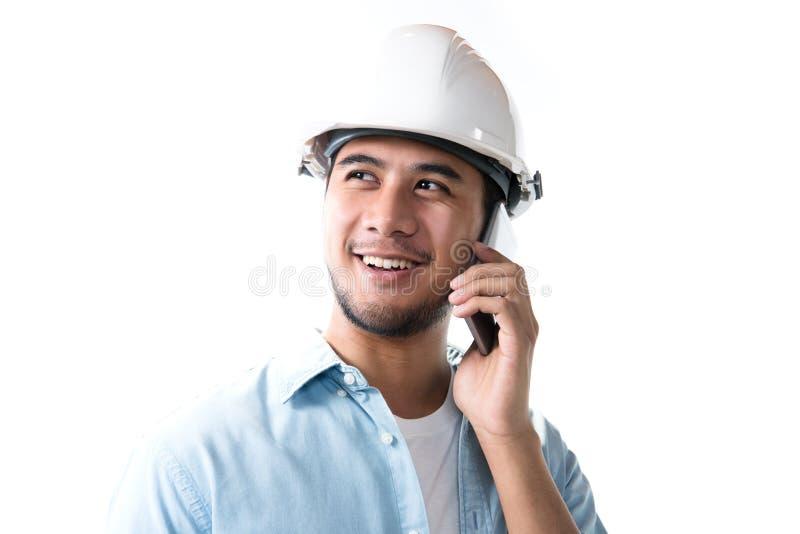 Portret uśmiecha się telefon komórkowego i używa azjatykci inżynier zdjęcia stock
