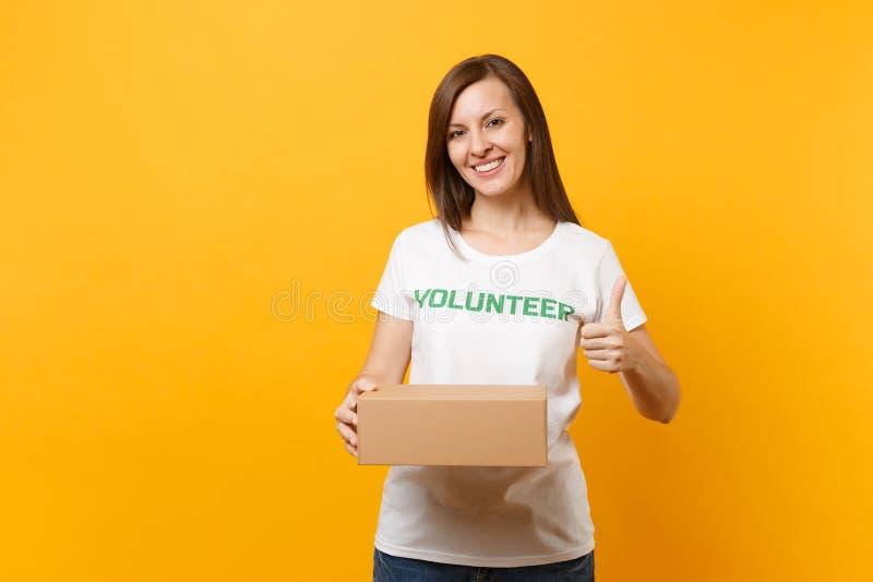 Portret uśmiechnięta kobieta w białej koszulce z pisać inskrypcji zieleni tytułu wolontariuszem z pustym kartonem fotografia royalty free