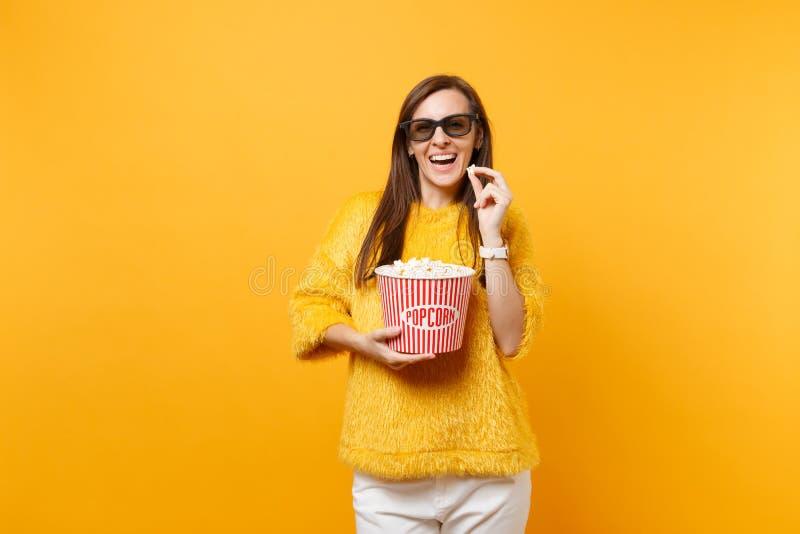 Portret uśmiechnięta mody młoda dziewczyna ogląda filmu film i trzyma wiadro odizolowywający dalej popkorn w 3d imax szkłach fotografia stock