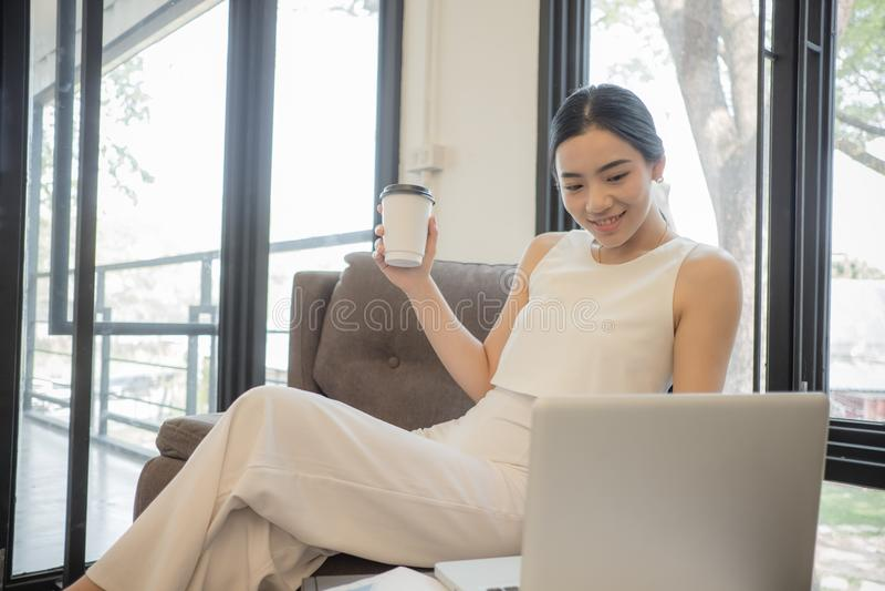 Portret uśmiechać się ładnej młodej biznesowej kobiety na miejscu pracy, zdjęcia stock