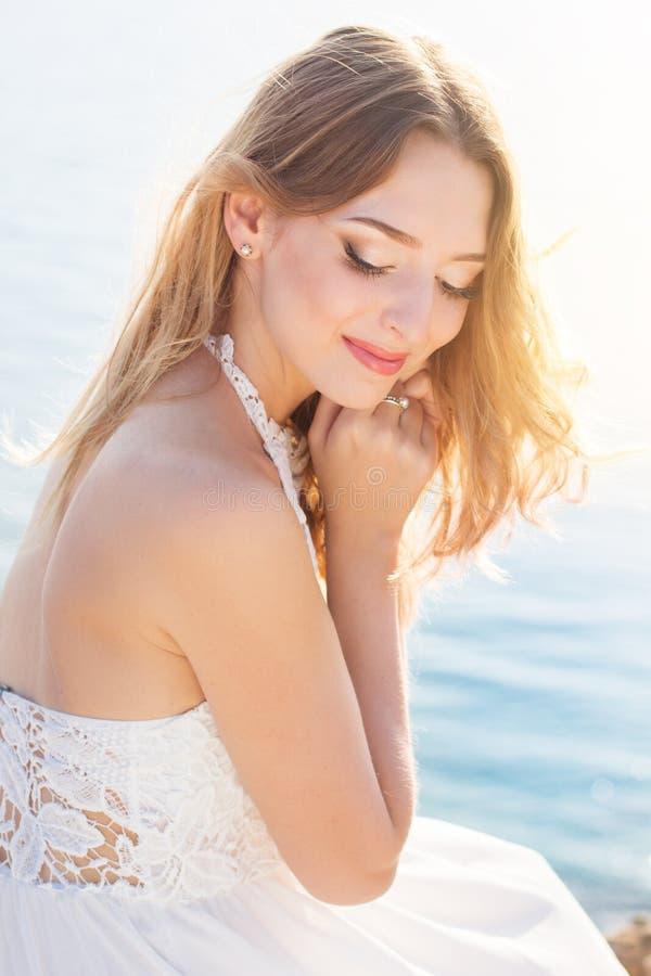 Portret uśmiechać się romantycznej młodej panny młodej fotografia stock