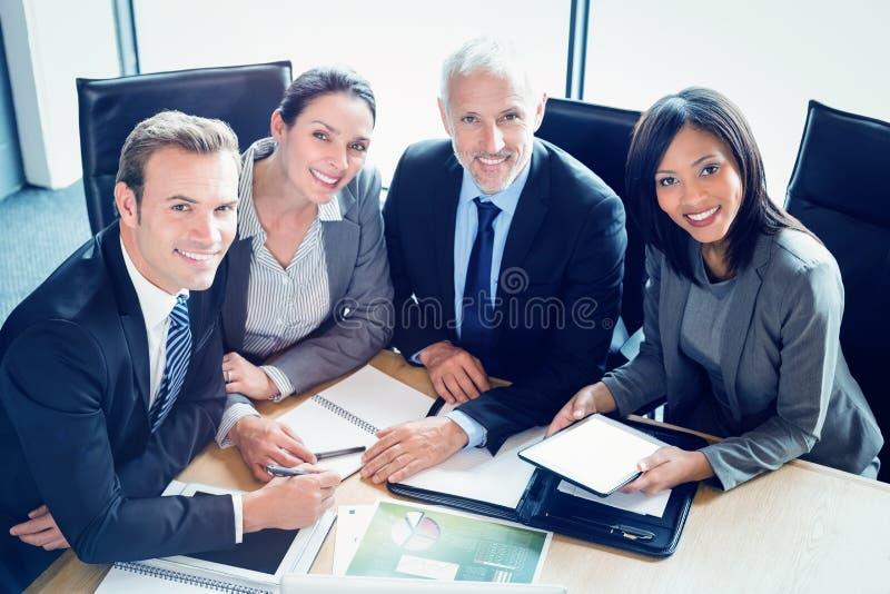 Portret uśmiechnięci biznesmeni w sala konferencyjnej fotografia royalty free