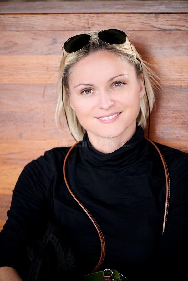 Portret uśmiechnięci blondyny z sunglusses fotografia royalty free