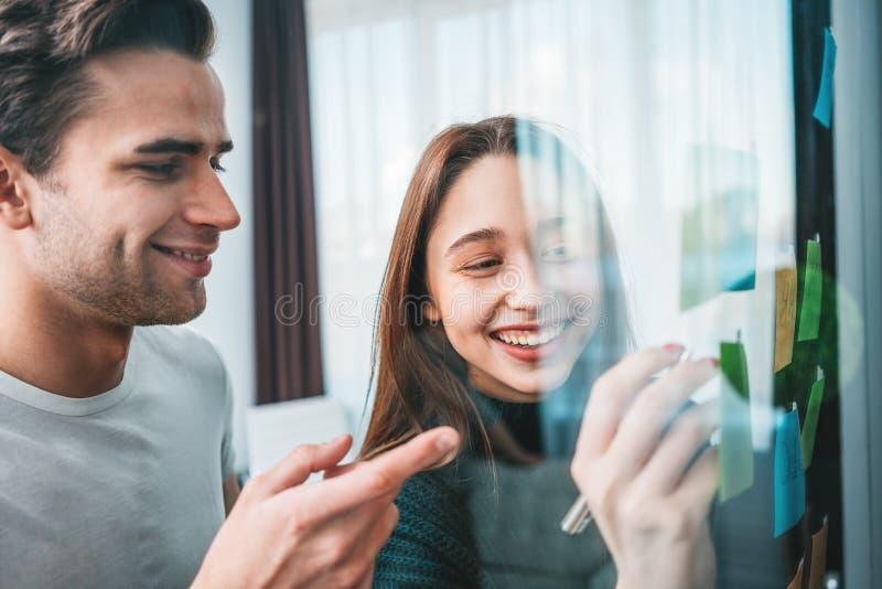Portret uśmiechnięci coworking drużynowego brainstorming nowi biznesowi pomysły za szklaną ścianą wysyłał kleistego fotografia stock