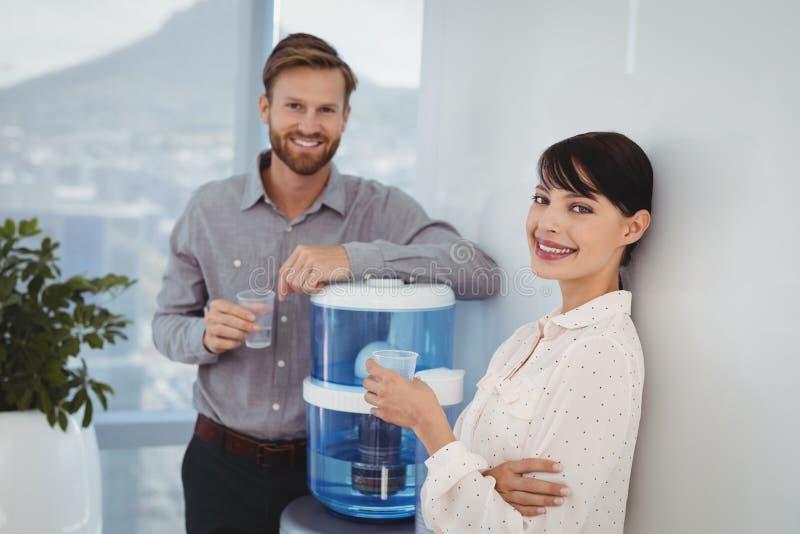 Portret uśmiechnięci kierownictwa trzyma szkła woda obrazy royalty free