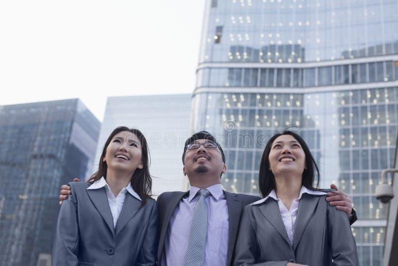 Portret uśmiechnięci ludzie biznesu z rzędu outdoors, Pekin zdjęcie royalty free