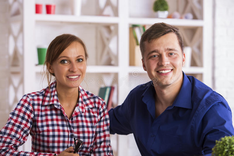 portret uśmiechnięci para młoda zdjęcie royalty free