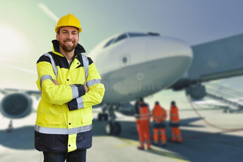 Portret uśmiechnięci pracownicy od zmielonej załoga przy lotniskiem - brzęczenia zdjęcie stock