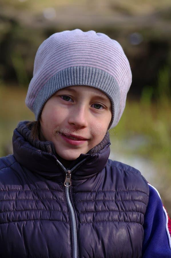 Portret uśmiechnięta śliczna mała dziewczynka z nakrętką outdoors na wiosna dniu obraz stock
