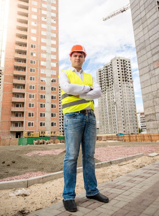 Portret uśmiechnięta architekt pozycja przy budynku miejscem obrazy royalty free