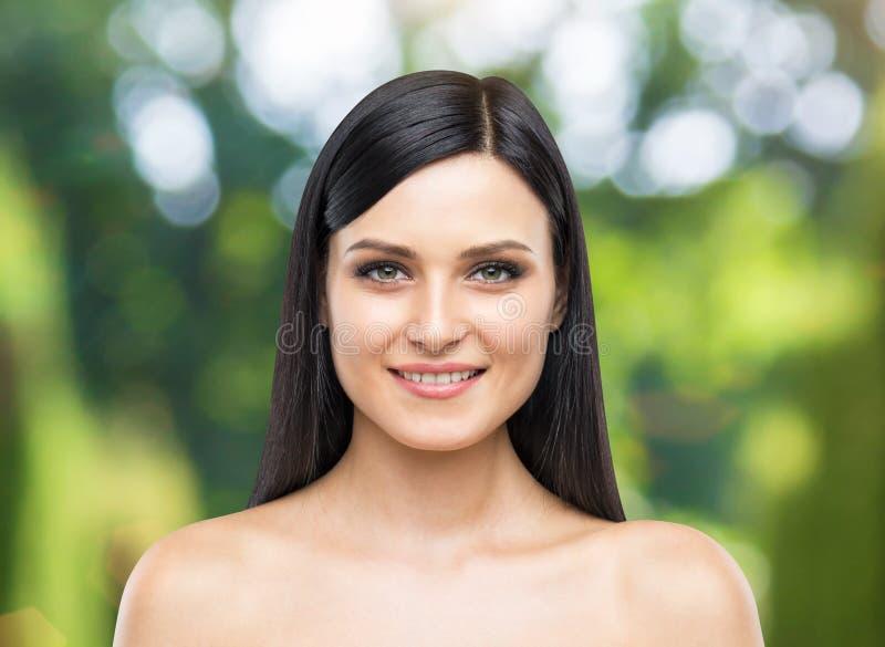 Portret uśmiechnięta atrakcyjna dama zdjęcie royalty free