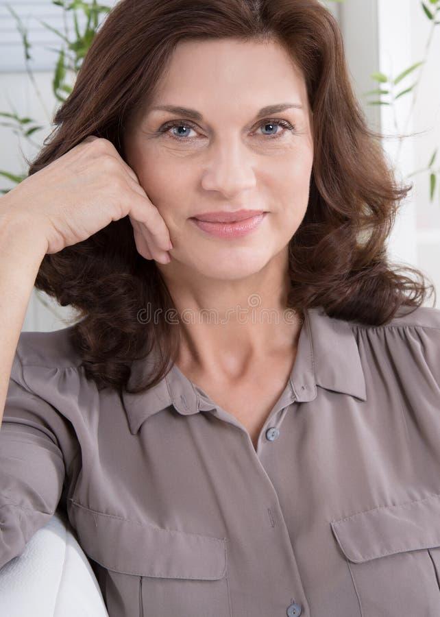 Portret: Uśmiechnięta atrakcyjna w średnim wieku kobieta zdjęcia stock