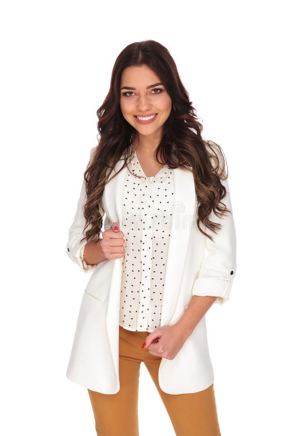 Portret uśmiechnięta bizneswoman pozycja podczas gdy trzymający jej jac zdjęcie stock