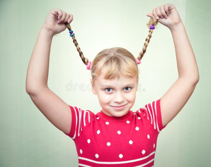 Portret uśmiechnięta blond dziewczyna z pigtails zdjęcia stock