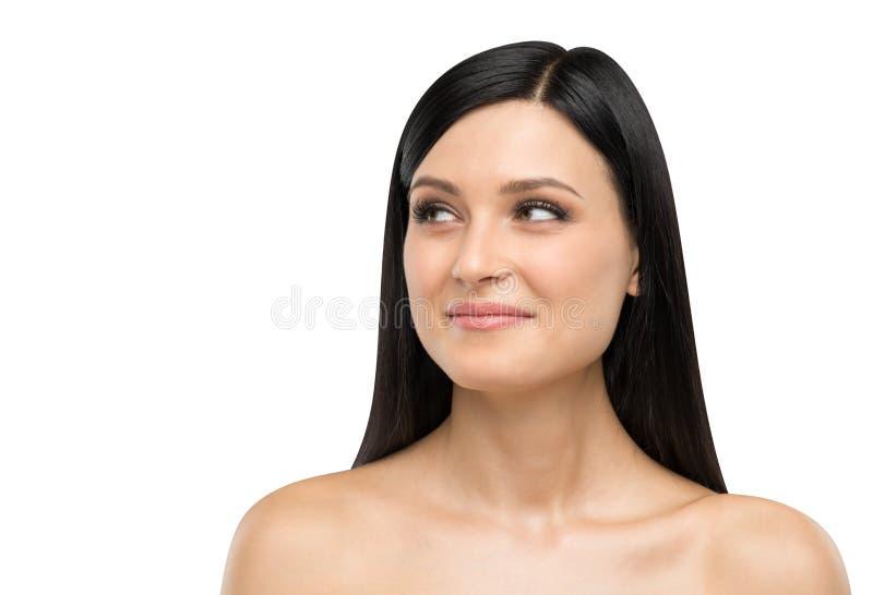 Portret uśmiechnięta brunetki dama która jest przyglądająca coś na prawej stronie zdjęcie royalty free
