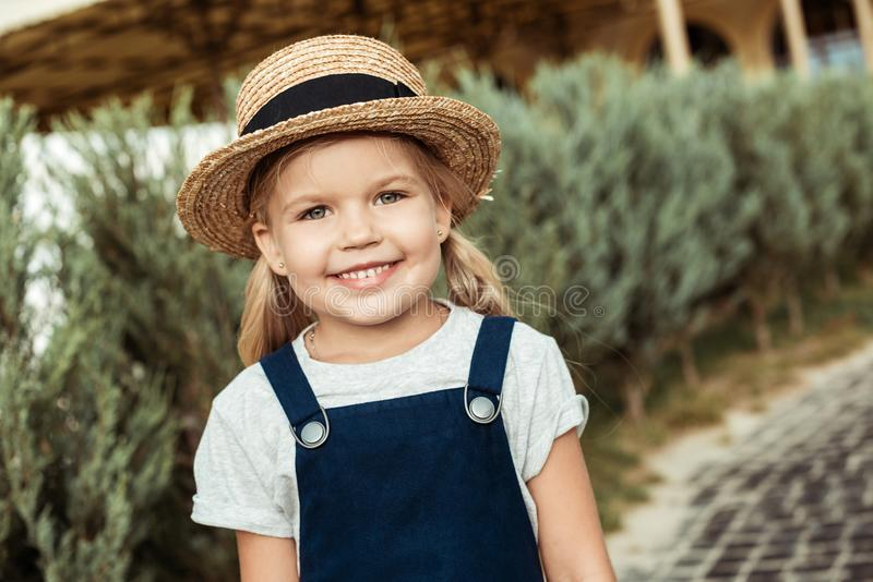 portret uśmiechnięta caucasian dziewczyna patrzeje kamerę w słomianym kapeluszu obraz stock