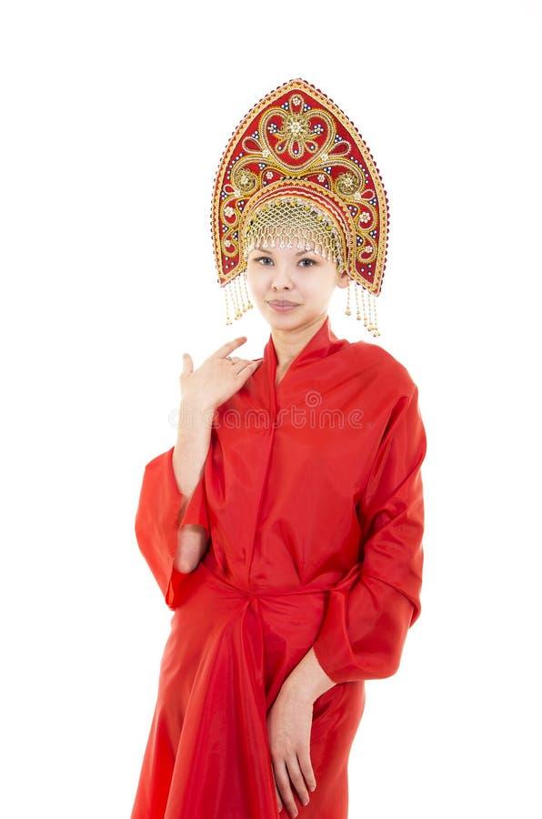 Portret uśmiechnięta dziewczyna w kokoshnik & x28; headdress& x29; i czerwieni suknia na białym tle obrazy royalty free
