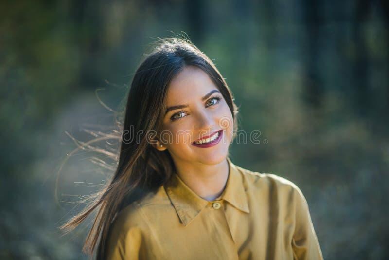 Portret uśmiechnięta dziewczyna z jaskrawymi oczami fotografia royalty free