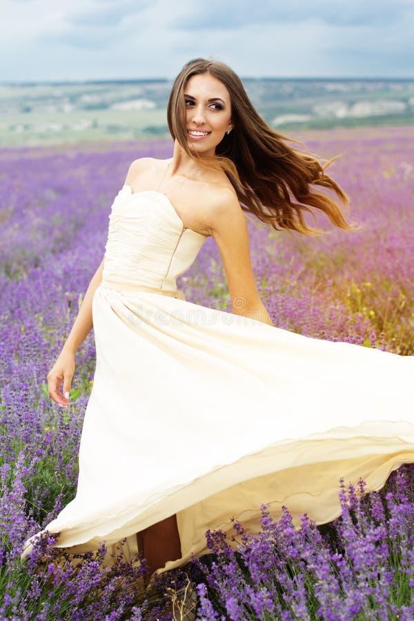 Portret uśmiechnięta dziewczyna z latającym włosy przy obraz stock