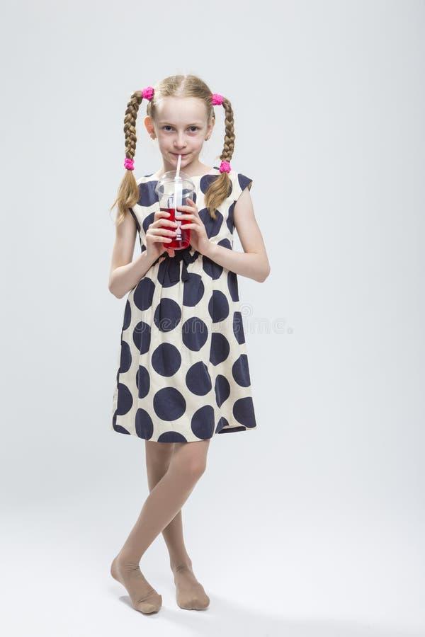 Portret Uśmiechnięta Kaukaska mała dziewczynka Z Pigtails Stać Bosy w polki kropki sukni obraz royalty free