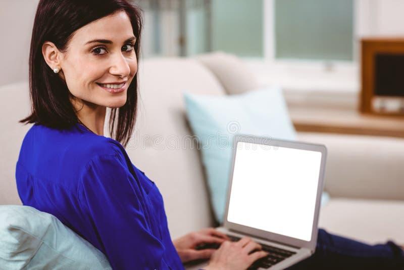 Portret uśmiechnięta kobieta używa laptop fotografia stock