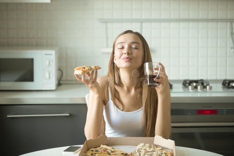 Portret uśmiechnięta kobieta z pizzą w jej ręce zdjęcie royalty free