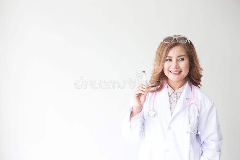 Portret uśmiechnięta kobiety lekarka z wtryskową igłą Życzliwa młodej kobiety lekarka z stetoskopem wokoło na szyi asia zdjęcia royalty free