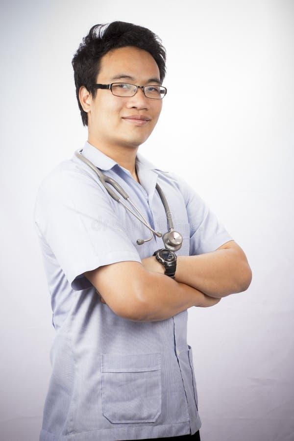 Portret uśmiechnięta lekarka na odosobnionym fotografia royalty free