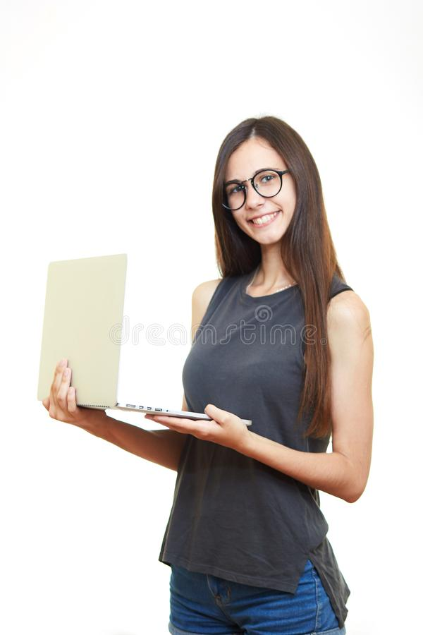 Portret uśmiechnięta młoda biznesowa kobieta w szkłach odizolowywających nad w zdjęcie royalty free