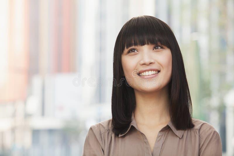 Portret uśmiechnięta młoda kobieta outdoors w Pekin, przyglądający up fotografia royalty free