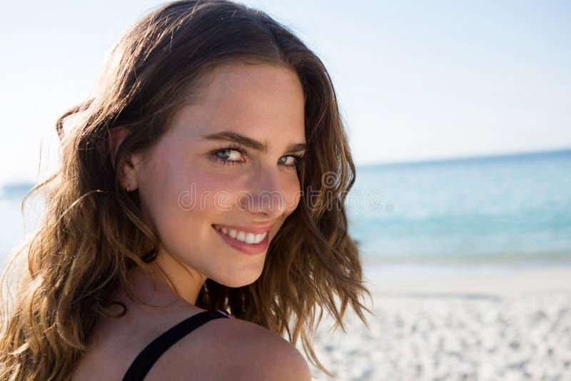 Portret uśmiechnięta młoda kobieta z brown włosy przy plażą obraz royalty free