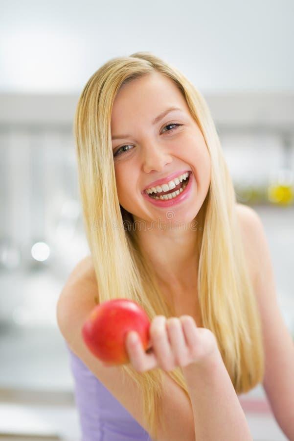 Portret uśmiechnięta młoda kobieta z jabłkiem obraz stock