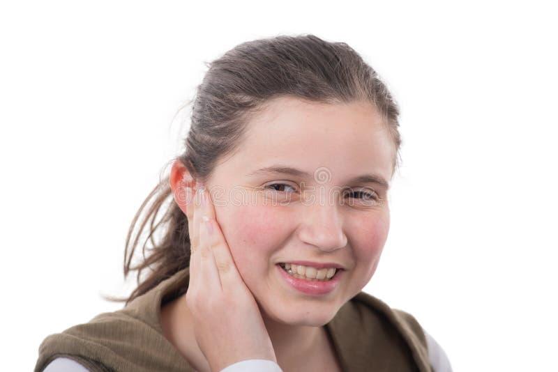Portret uśmiechnięta młoda nastoletnia dziewczyna na bielu, zdjęcie stock