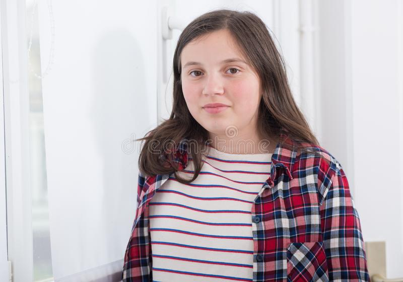 Portret uśmiechnięta młoda nastoletnia dziewczyna z czek koszula obraz royalty free