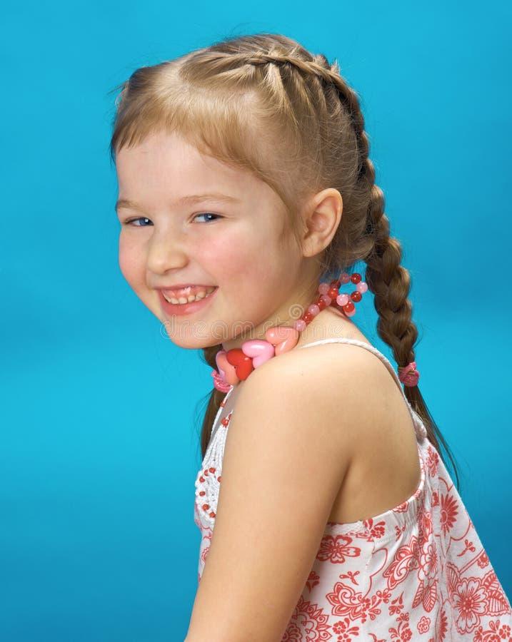 Portret uśmiechnięta mała blond dziewczyna zdjęcia royalty free