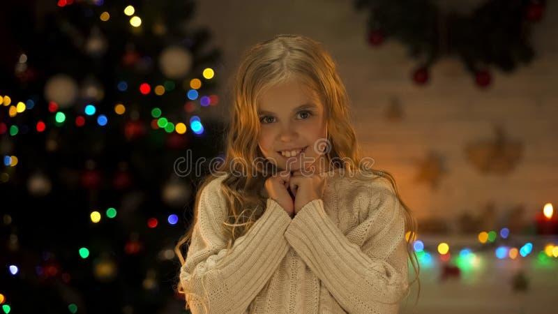 Portret uśmiechnięta mała dziewczynka przy wigilią, wiara w cudzie, dzieciństwo obrazy stock
