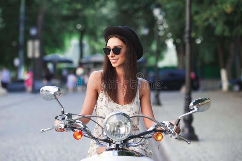 Portret uśmiechnięta mody dziewczyna jedzie retro hulajnoga obrazy royalty free