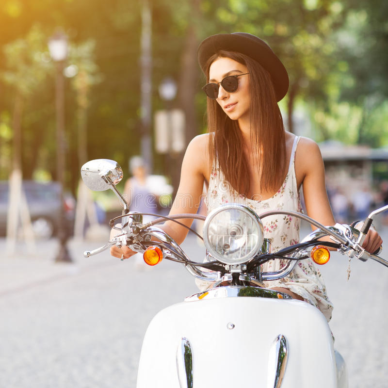 Portret uśmiechnięta mody dziewczyna jedzie retro hulajnoga zdjęcia stock