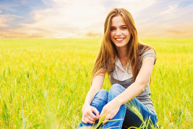 Portret uśmiechnięta nastoletnia pełnoletnia dziewczyna fotografia royalty free