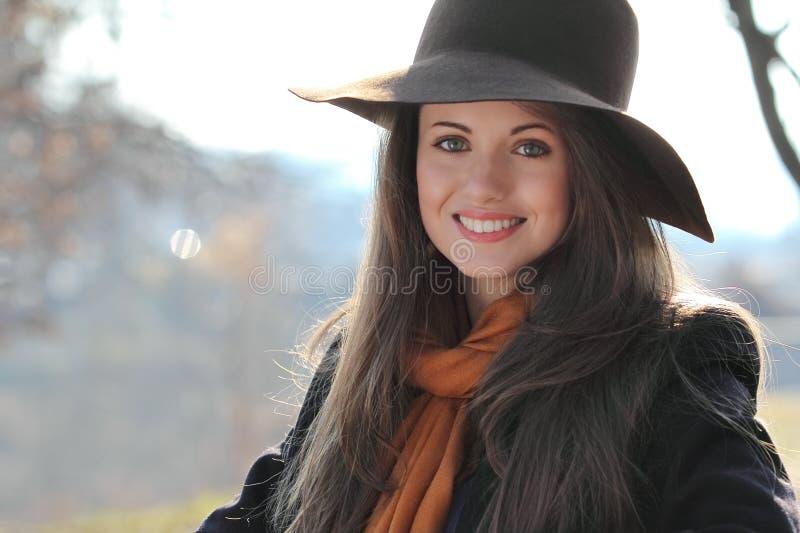 Download Portret Uśmiechnięta Piękna Dziewczyna Obraz Stock - Obraz złożonej z kolory, portret: 28952829