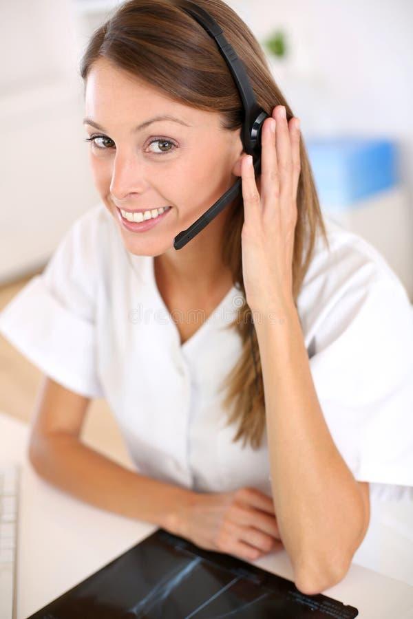 Portret uśmiechnięta pielęgniarka z słuchawki przy szpitalem zdjęcia stock