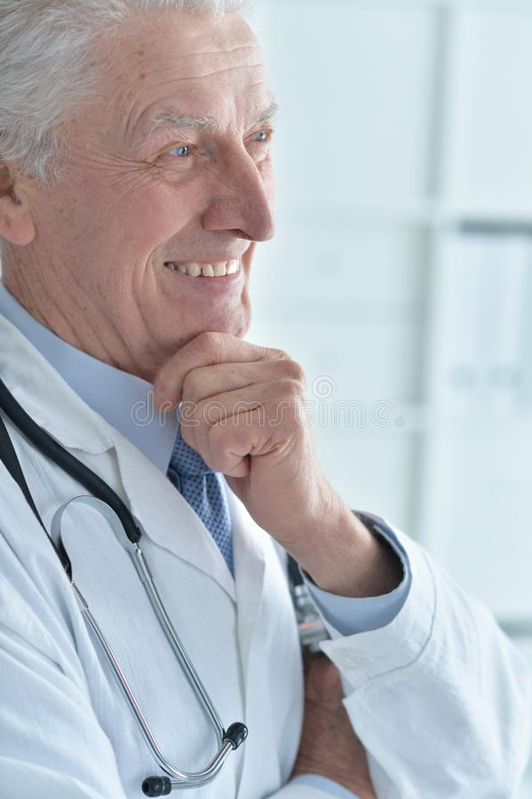 Portret uśmiechnięta starsza samiec lekarka obraz stock